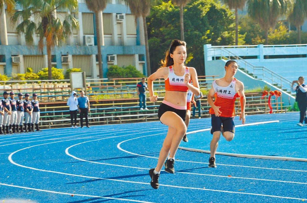 全國運動會北科附工場館5日啟用,其中已有26年歷史的田徑場利用今年全運會重建,選手也利用啟用典禮試跑。(賴佑維攝)