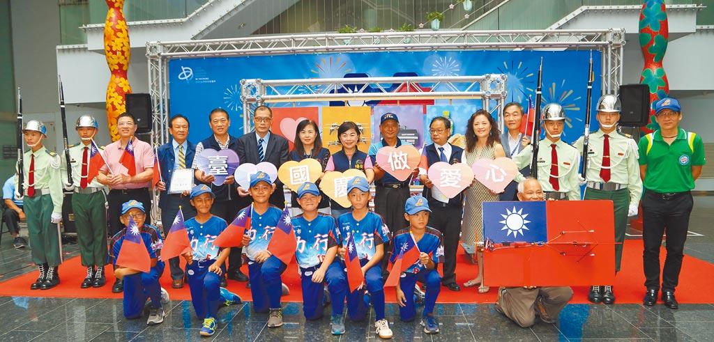 台中市政府將於10月10日在台灣大道市政大樓前廣場盛大舉辦升旗典禮,副市長楊瓊瓔(中)歡迎市民一起來為中華民國慶生。(陳世宗攝)