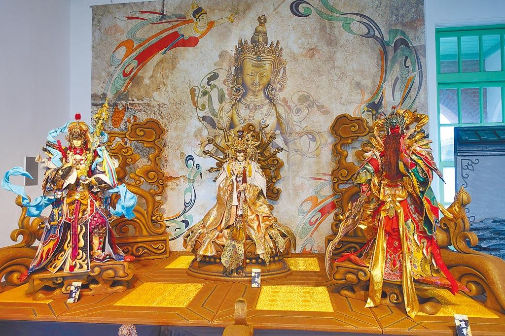 雲林縣國際偶戲節「偶藝非凡」開展,神佛系列千手觀音令人起敬。(許素惠攝)