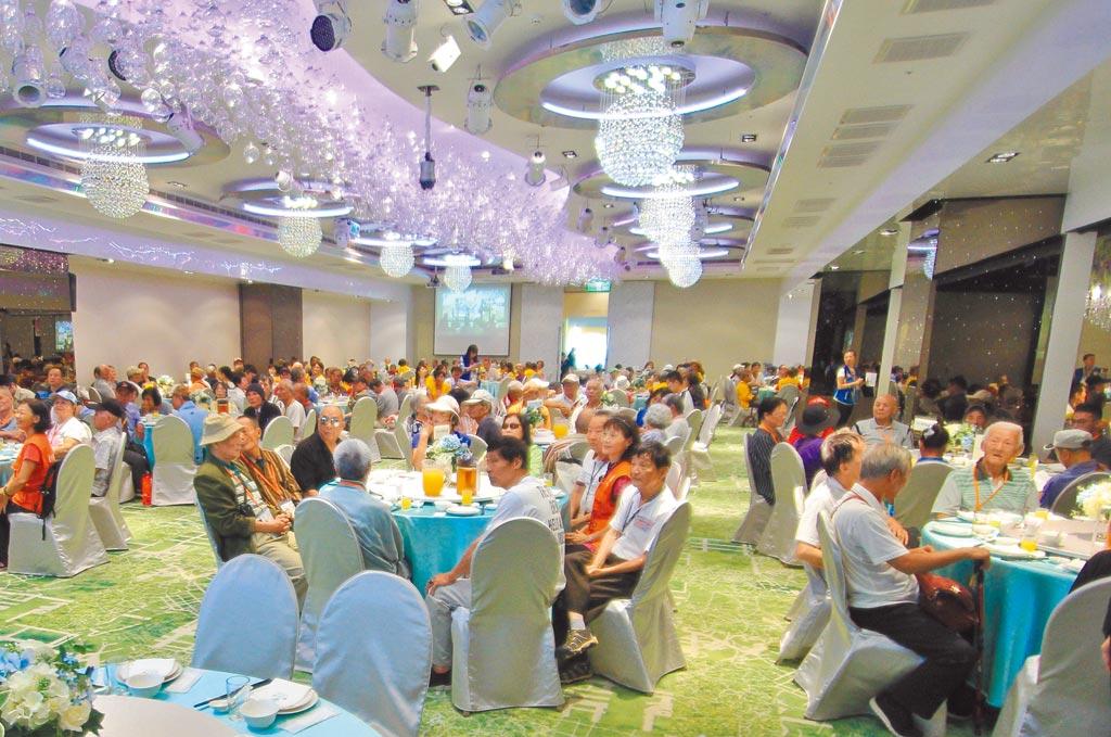 現場加上志工近500位長者共襄盛舉,場面非常熱鬧。(台北仁濟院提供)