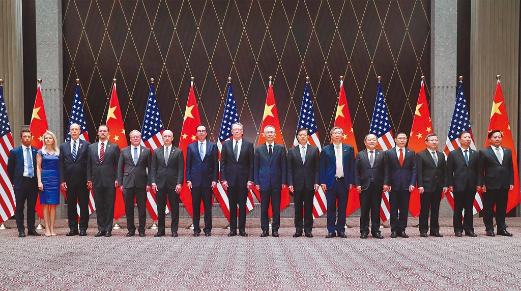 7月30至31日,中美全面經濟對話中方代表劉鶴與美國貿易代表萊特希澤、財政部長努欽在上海舉行第十二輪中美經貿高級別磋商。(新華社)
