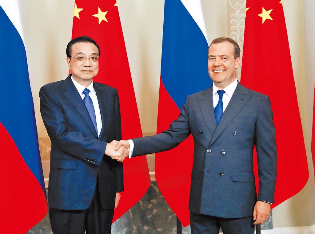 當地時間9月17日下午,大陸國務院總理李克強(左)在聖彼得堡同俄羅斯總理梅德偉傑夫共同主持中俄總理第二十四次定期會晤。(新華社)