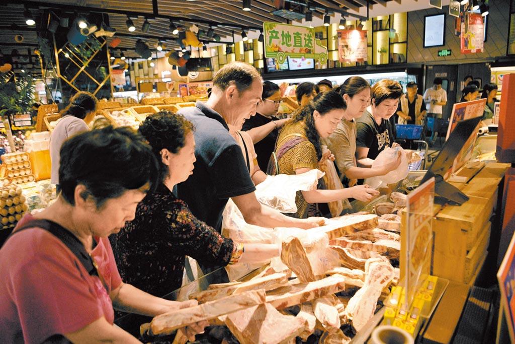 大陸經濟的韌性強,可以安然度過近期的通膨等多個關卡。圖為9日,成都市民正在超市內挑選肉製品。(中新社)