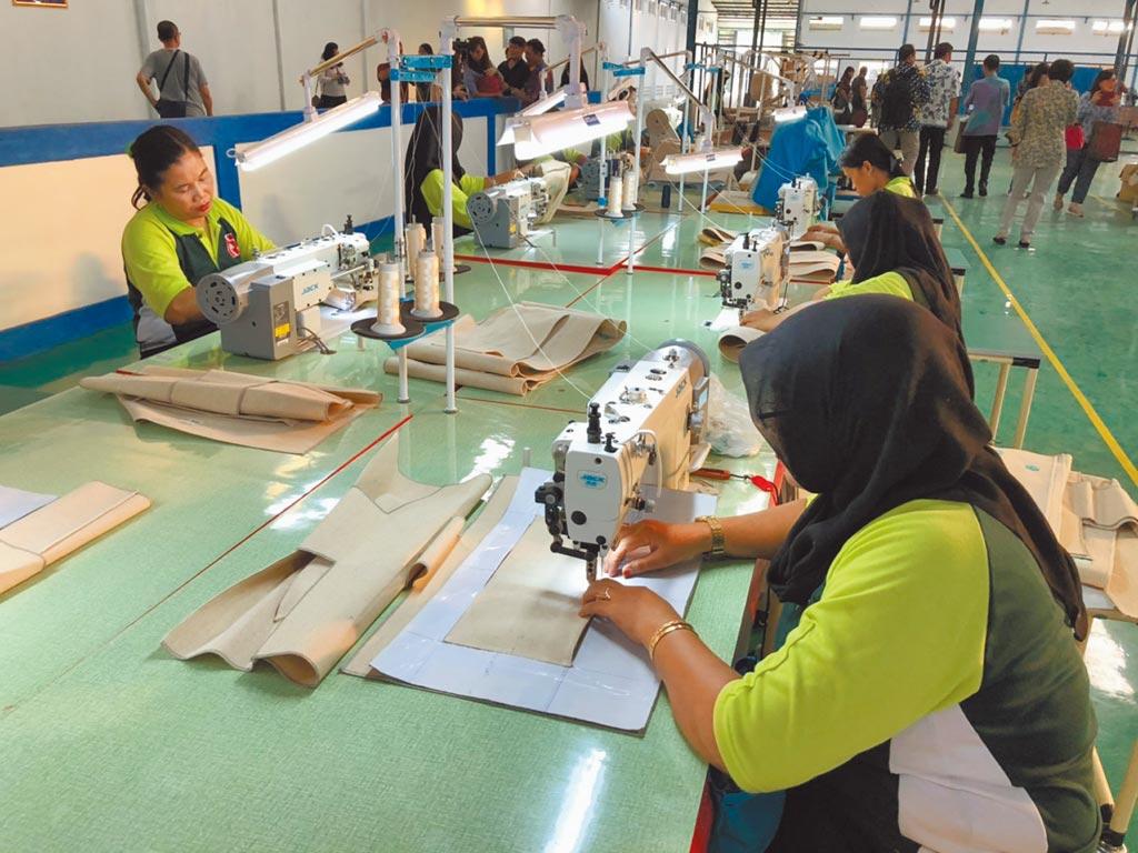 旭榮戶外用品公司員工正在其廠房內製作包袋。(記者林汪靜攝)