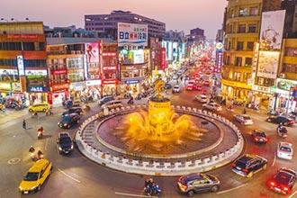 迎國慶 中央噴水圓環水洗日光浴