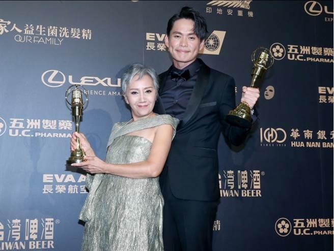 第54屆電視金鐘獎迷你劇集電視電影男女配角獎得主黃鐙輝(右)、陸弈靜。(中時影視攝影組攝)