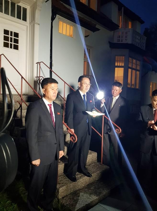 美朝5日重啟工作層級磋商,北韓外務省巡迴大使金明吉(Kim Myong Gil)當晚於北韓駐斯德哥爾摩大使館外宣布雙方談判破裂,抨擊美方令他們大失所望。(圖/路透社)