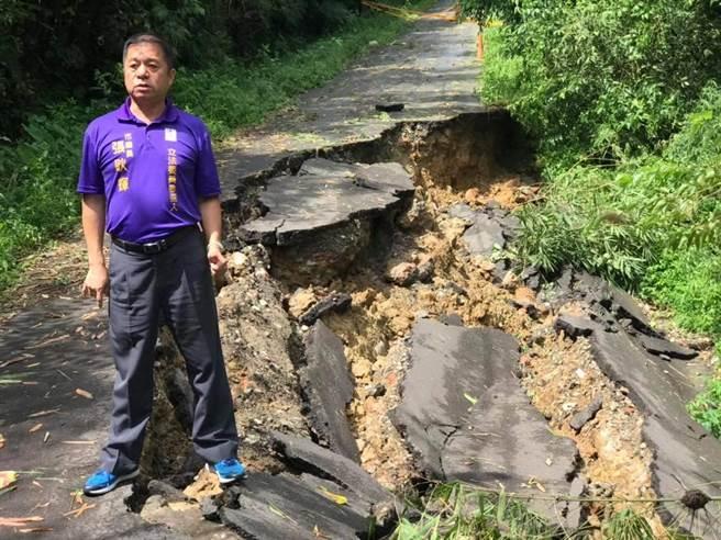 基隆市七堵區華興一路147巷的一處聯外道路,遭到米塔颱風狂襲,嚴重坍方下陷,議員暨立委參選人張耿輝會勘,要求盡速搶通。(基市議員張耿輝提供)