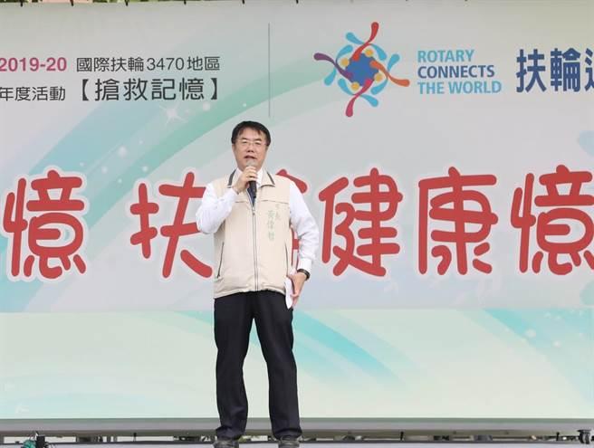 黃偉哲說韓國瑜若在總質詢期間出國訪美,等於讓對手撿到槍。(曹婷婷攝)