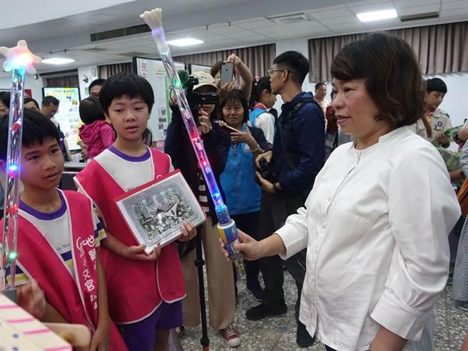 嘉義市長黃敏惠參觀12年國教課程博覽會活動,鼓勵學生實做。(廖素慧攝)