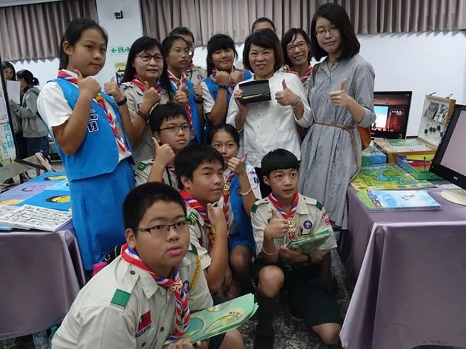 嘉義市長黃敏惠參觀12年國教課程博覽會活動,與學生互動。(廖素慧攝)
