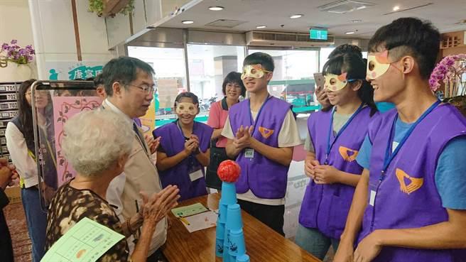 台南市長黃偉哲(米色背心)帶著監護兒少與康寧園內的長輩互動。(程炳璋攝)