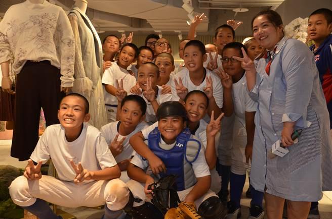 服飾品牌J&NINA在統領廣場推出「揮出人生精彩全壘打.傳遞愛與感謝心」特別活動,將捐贈統領店當月營收5%給龜山國小少棒隊。(賴佑維攝)