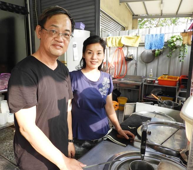 外省第二代台灣大學大氣系畢業的劉啟杰與太太黃明元創業,一起經營26味元湘味館。(陳世宗攝)