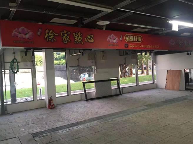 許多攤商已開始裝潢,迎接10月17日試營運。(游念育攝)