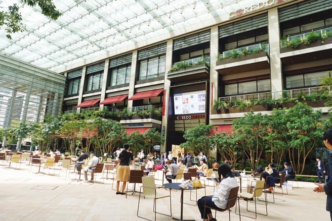 以大屋頂廣場為特色的複合型商業設施「COREDO室町TERRACE」已於9月27日開幕。圖/黃菁菁