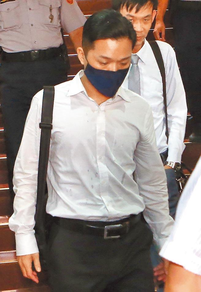 台北地方法院5日首次開庭審理國安局私菸案,被告張恒嘉(前)出庭應訊。(趙雙傑攝)