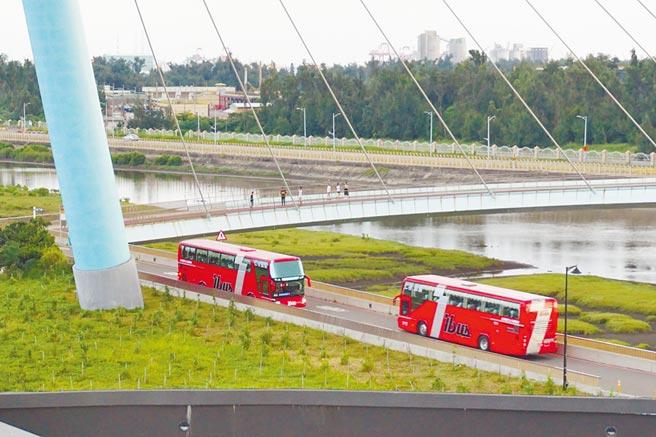 高美溼地因濱海橋封閉檢測,交通局協調公車及假日接駁車改道。(王文吉攝)