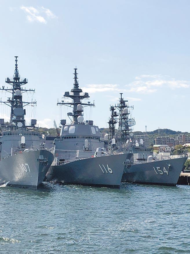 搭船遊港,可以看到最新的軍艦。(劉育良攝)