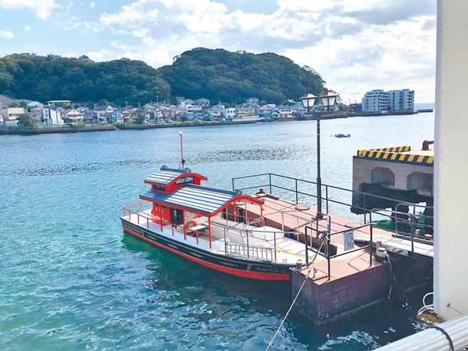 搭船參拜東、西叶神社最方便,搭船前按鈴,船主就會開船過來接客。(劉育良攝)