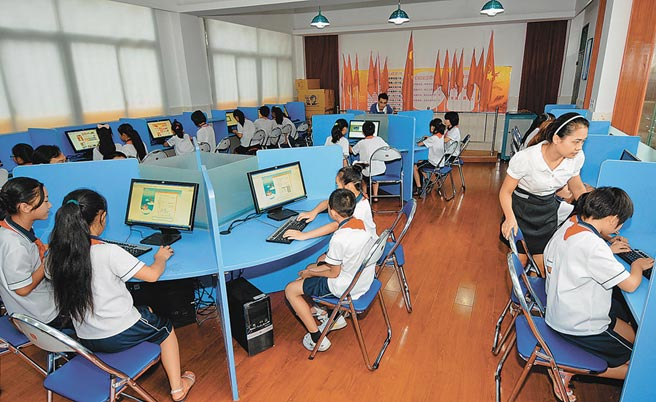 大陸在中小學階段設置AI相關課程,逐步推廣程式設計教育。(新華社資料照片)