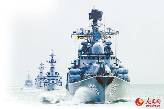 隸屬東海艦隊的杭州號展開編隊航行訓練。(取自人民網)