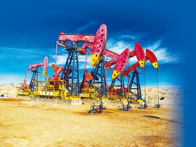中國石油一排排採油機在油氣田上進行作業。(中新社)