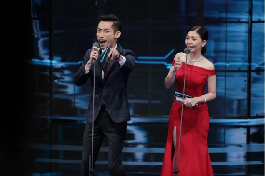 第54屆金鐘典禮,圖為頒獎人 陳竹昇 于子育。(影視攝影組攝)