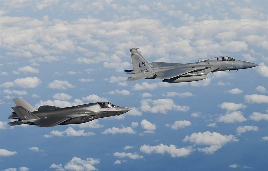 F-15與F-35戰機在北海上空飛行的資料照。(美國空軍)