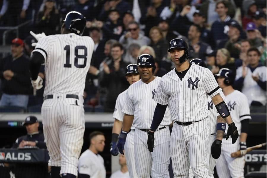 洋基桂格瑞斯(左)敲出滿貫全壘打,隊友在本壘迎接。(美聯社)