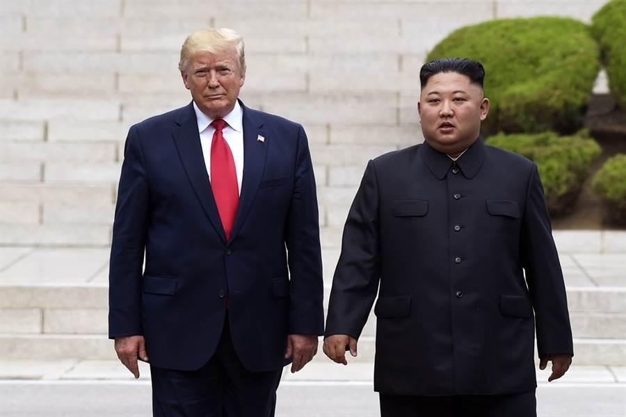 美國與北韓5日終於重啟工作層級談判,不過不到1天,北韓方面宣布談判破裂,抨擊美方空手而來,令他們失望。圖為美國總統川普與北韓最高領導人金正恩6月30日在板門店短暫會晤的資料照。(圖/美聯社)