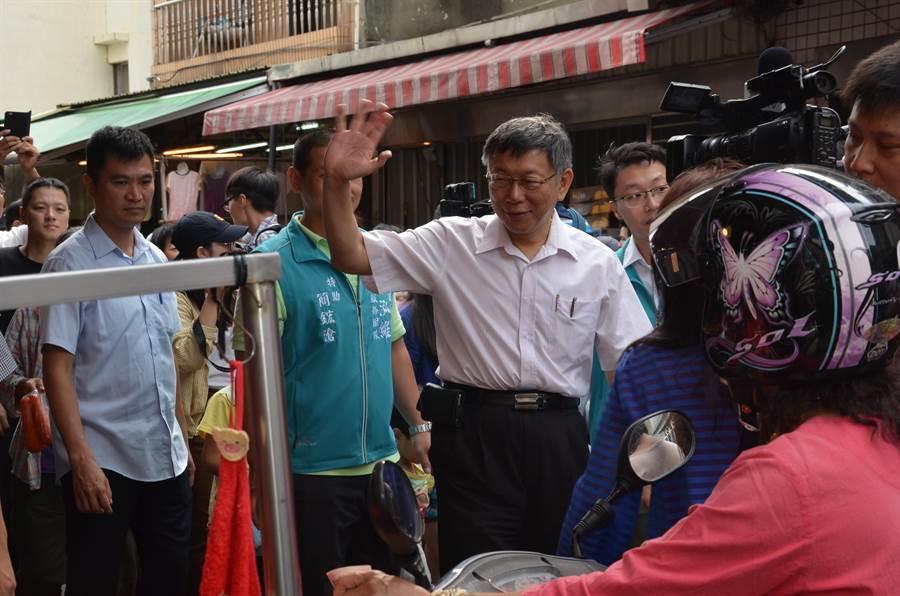 台北市長柯文哲6日在立委參選人陳泓維陪同下走訪菜市場。(賴佑維攝)