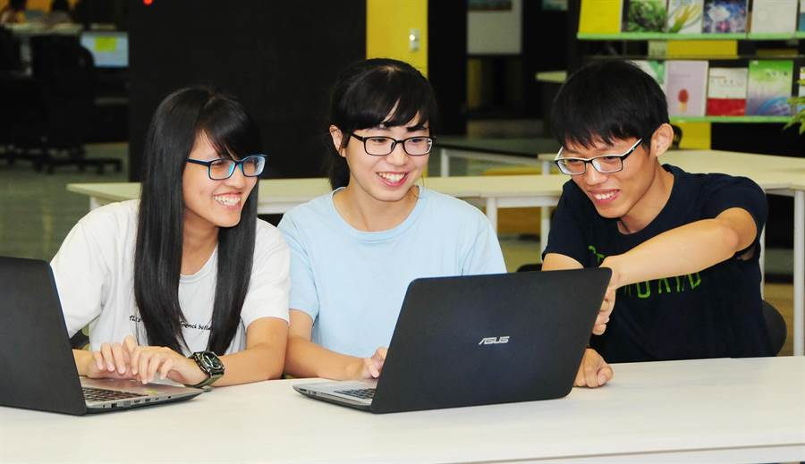 王慧娟、廖映涵、黃梓軒(由左至右)3人,對程式設計及解題有興趣,常上網練習解題,面對競賽時較容易上手是致勝的關鍵!(陳世宗攝)