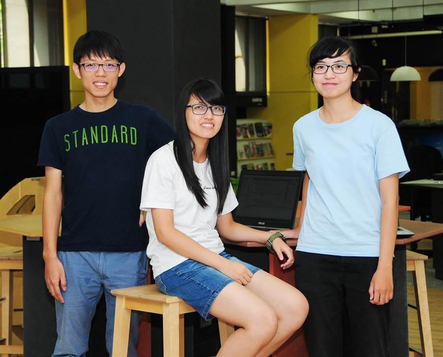 靜宜大學3位隊員,勇奪「第9屆全國私立大專校院程式競賽」團體冠軍。(陳世宗攝)