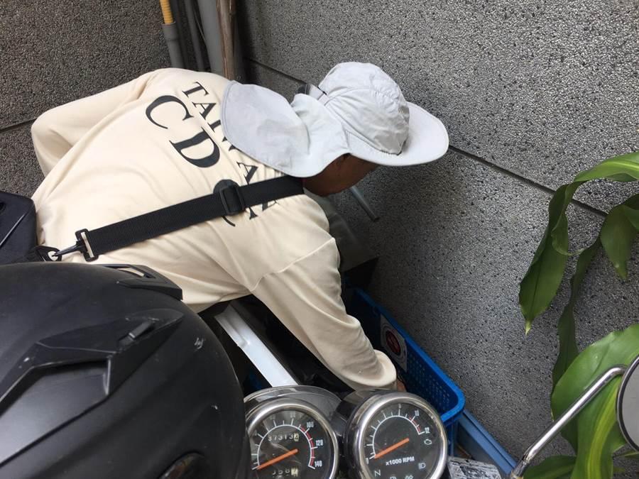 防疫人員持續清除孳生源。(台南登革熱防治中心提供,曹婷婷台南傳真)