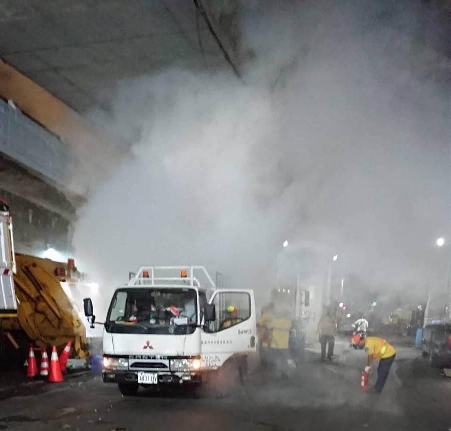 台北市環保局提醒民眾,丟棄垃圾時務必妥善分類,否則很可能在垃圾車轉運壓縮時引爆火花。(環保局提供/張立勳台北傳真)