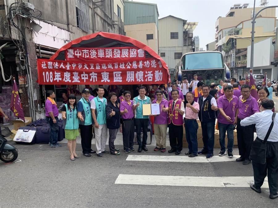 台中市東區信義街6日上午封街,擠滿人潮,舉行「重陽送暖千人」發送物資活動,現場有胸部X光巡迴車讓民眾免費檢測。(張妍溱攝)