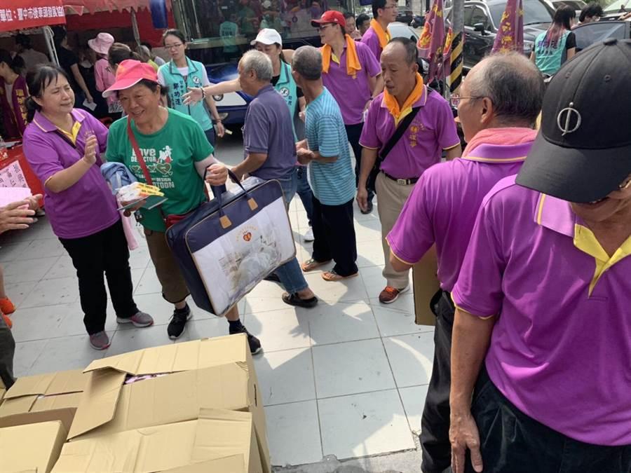 「重陽送暖千人」發送物資活動現場,擠滿人潮。(張妍溱攝)