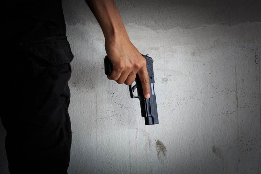 男子尋仇只射對方下半身,殺人罪改判傷害罪。(達志影像/shutterstock提供)