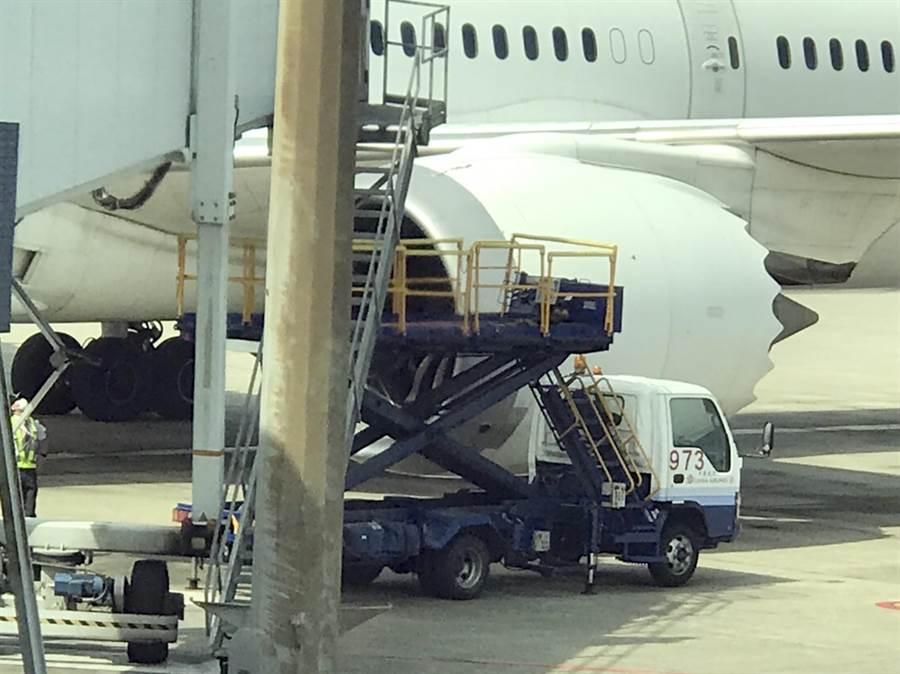 桃園機場6日上午一架日航波音787-8型客機在進入停機坪時,地勤人員在拖行時,疑似操作不當,航機左側的1號發動機整流罩碰撞B空橋受損,事件已呈報地安事件。(翻攝畫面/陳麒全桃機傳真)