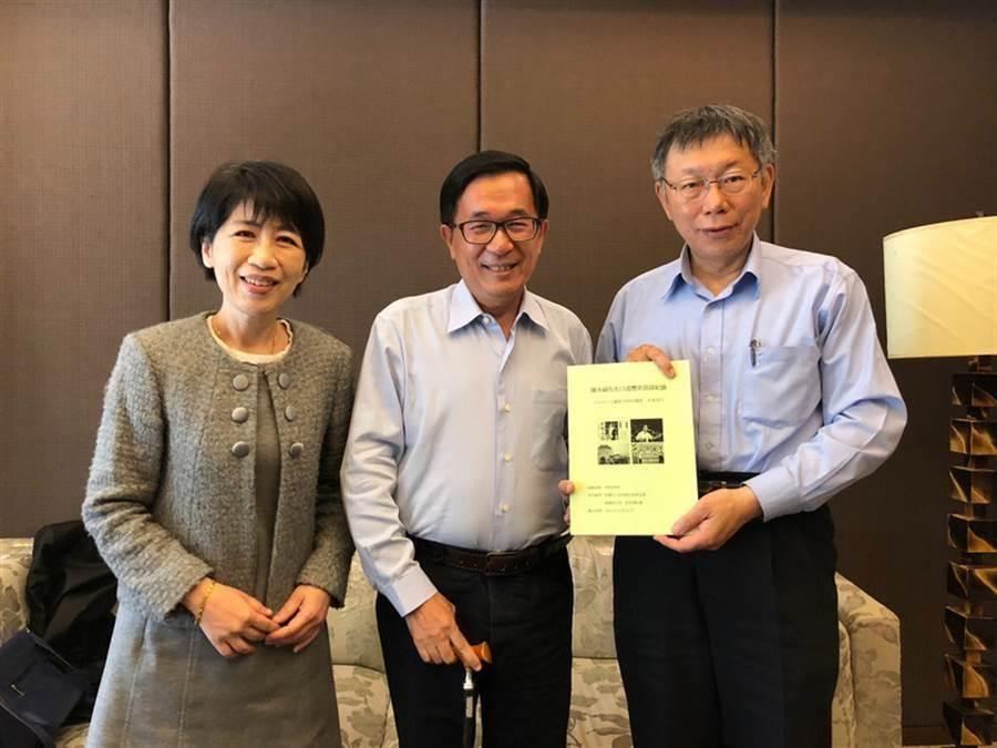 台北市長柯文哲(右)與妻子陳佩琪(左)南下高雄,探訪前總統陳水扁(中)。(資料照片/陳致中服務處提供)