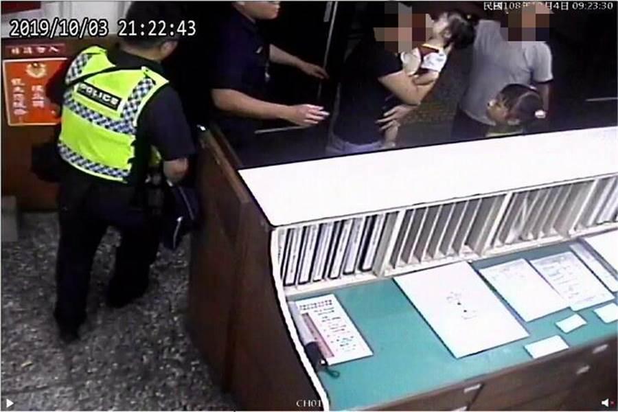 1名婦人晚間抱著1歲多女童衝進派出所,向警方哭喊求救。(翻攝照片/陳淑芬台中傳真)