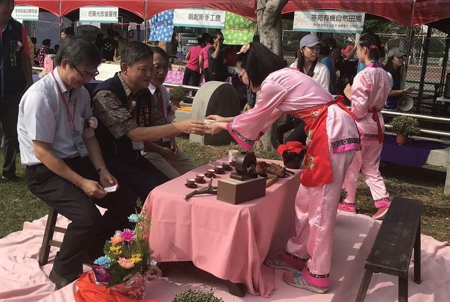 台中市社會局長彭懷真(右二)到場品茶,並預祝長輩重陽節快樂。(台中市社會局提供/王文吉台中傳真)