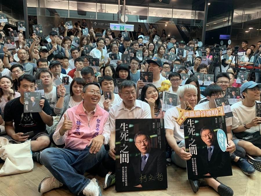 台北市長柯文哲6日下午在北車簽書會現場,和粉絲拍照。(張穎齊攝)