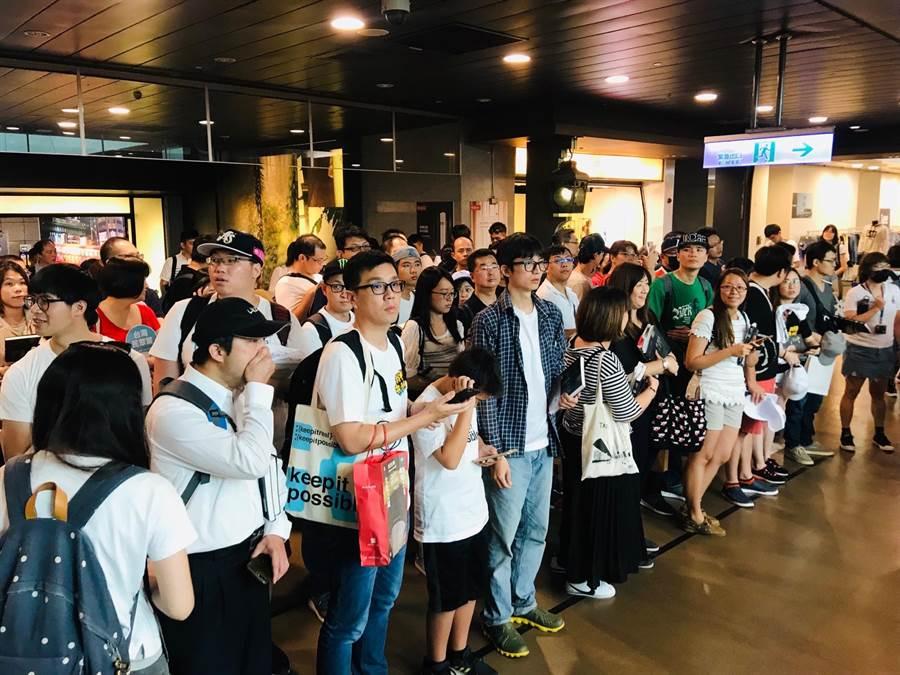 台北市長柯文哲6日下午在北車地下街舉辦的簽書會,現場柯粉雲集。(張穎齊攝)