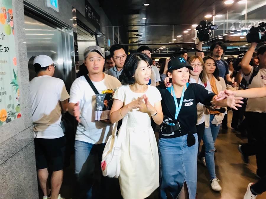 台北市長柯文哲妻子陳佩琪,無預警抵達丈夫的簽書會現場。(張穎齊攝)