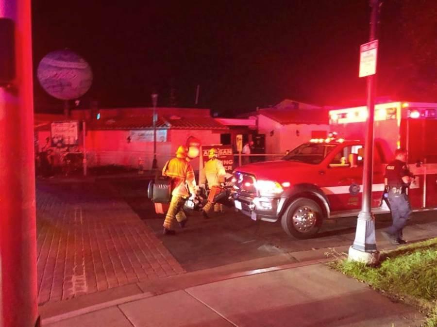 加州杭亭頓啤酒節5日晚間發生變壓器爆炸,消防隊員立即赴現場灌救,不過仍造成4人受傷。(圖/美聯社)
