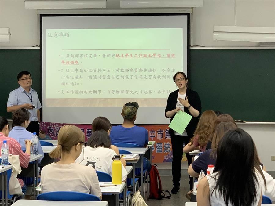 台中市勞工局透過專題講座及發送傳單推廣法治教育,希望建立民眾正確法治觀念,達到保障國人及移工合法就業目標。(盧金足攝)