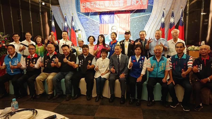 台南市退伍軍人協會公開相挺國民黨立委提名人洪秀柱(前排白衣者)。(程炳璋攝)