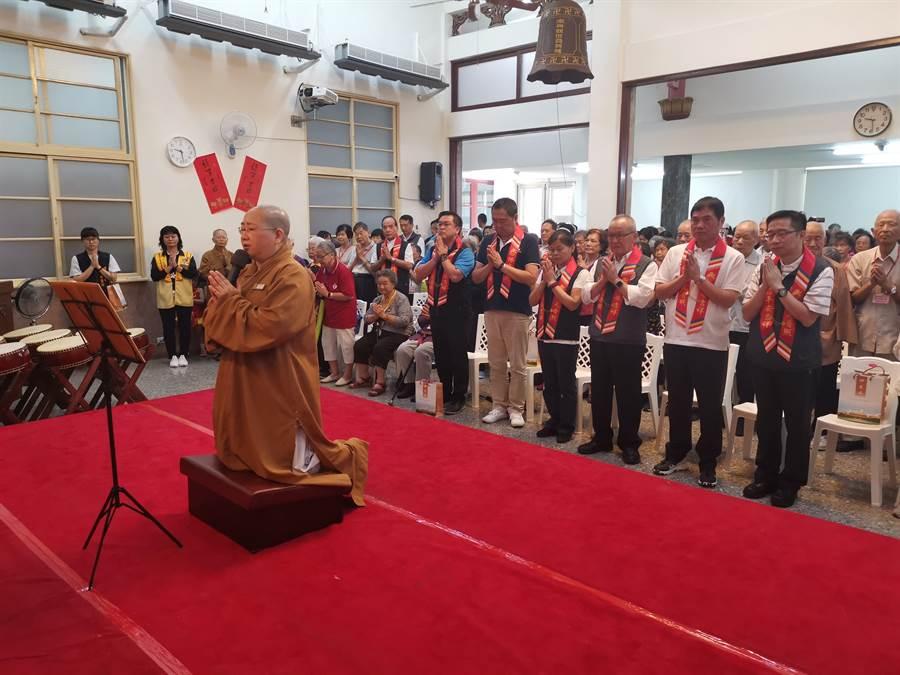 宏法社監寺如宗法師〔左〕帶領大家祈求長者健康長壽。〔謝明俊攝〕